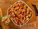 Рецепта Зелена салата с кресон, царевица от консерва, синьо сирене, прошуто (хамон) и крутони